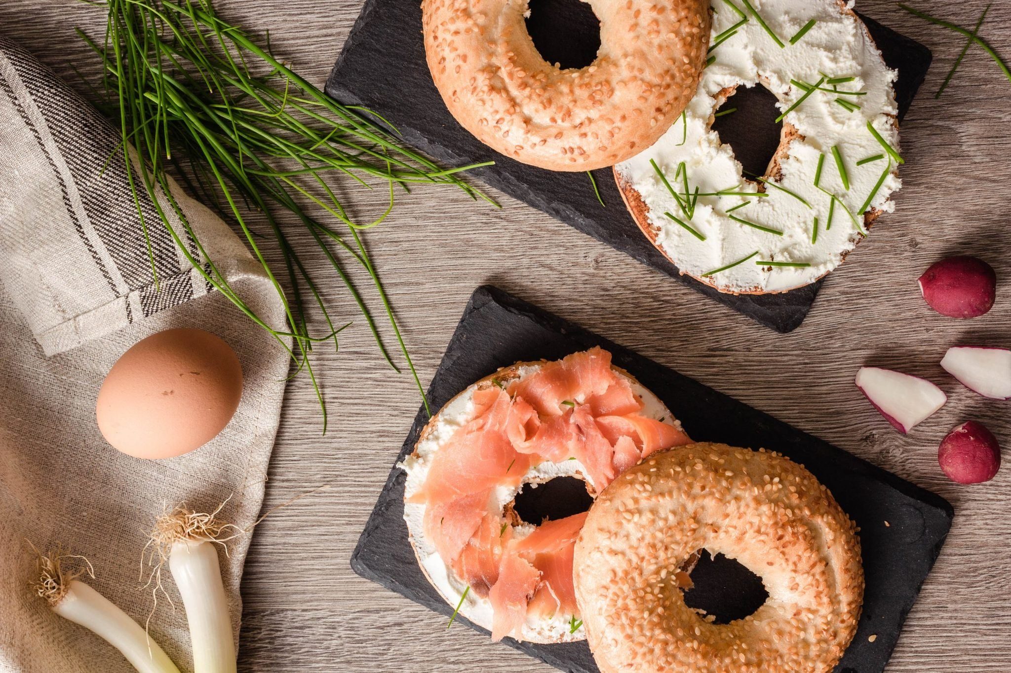 cream-cheese-with-smoked-salmon-bagel-sandwich-3957501